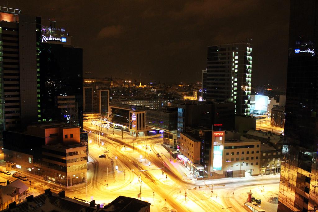 """Linnavalitsuse teenindussaali akendel on fotonäitus """"Tallinna valgus"""""""