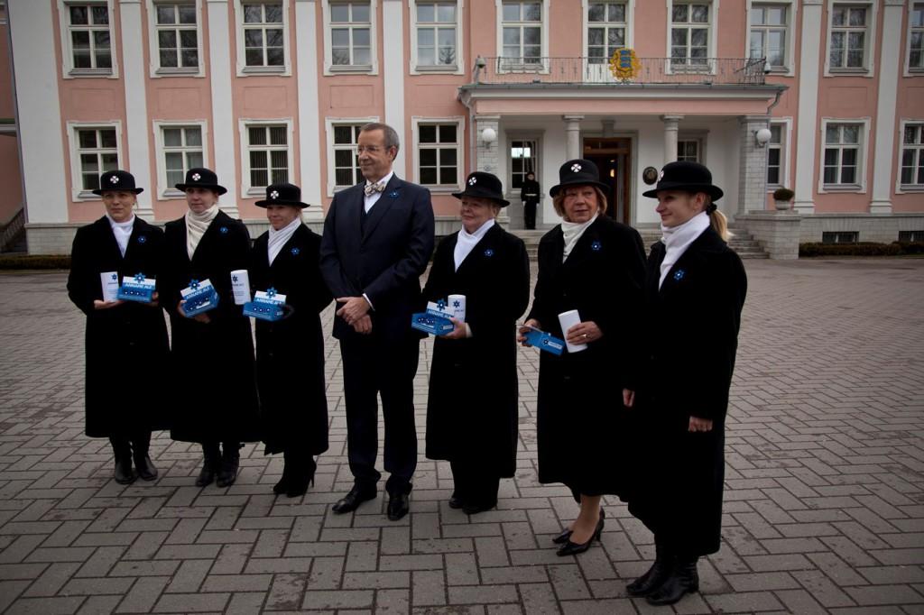 President Ilves ostis kaitseväe veteranide toetuseks sinilille rinnamärgi