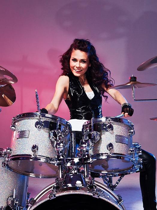 Äge trummitüdruk võlub kontserdikülastajaid