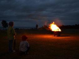 Lapsed-lõkke-ääres-2013.-Panga-pank.-Foto-M.-Vaik.jpg