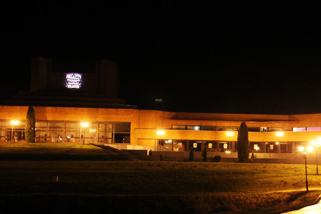 Ugala teatri uus hooaeg algab aktsiooniga kaubanduskeskuses ja tipneb esietendusega suures saalis
