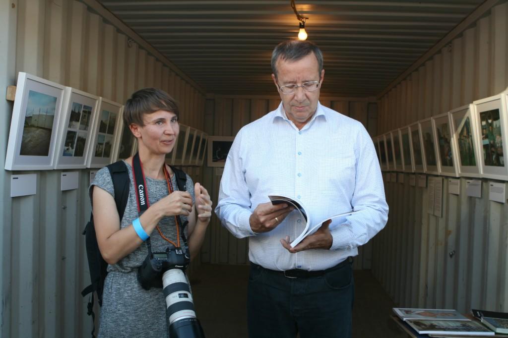 President Ilves külastas New Yorgis Annika Haasi fotonäitust