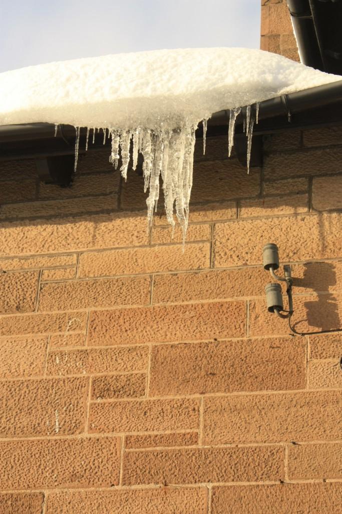 ENNETA OHTU! Ehitistelt tuleb kõrvaldada lumi ja jää