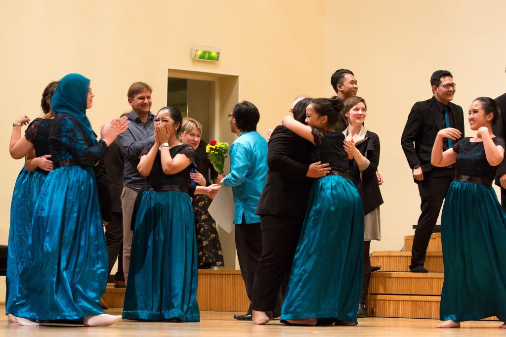 Airlangga Ülikooli segakoor rõõmustamas võidu üle rahvamuusika kategoorias