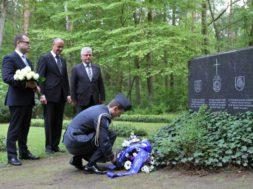 Vabariigi-President-saatis-pärja-Balti-riikide-sõjapõgenike-mälestuseks-Geesthachti-kalmistule.jpg
