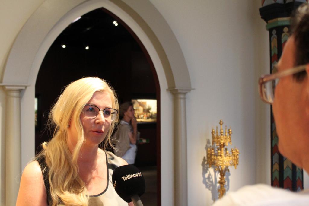 VIDEO! KUNST VALITSEB SÜDAMES! Galerist ja kuraator Piia Ausman tutvustab erilist näitust Tallinna Raekojas