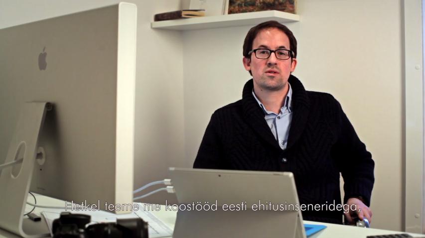 VIDEO! Sisekujundaja Julien Boaretto paneb raekoja näitusel oma disainiga kunsti elama