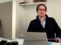 VIDEO-Sisekujundaja-Julien-Boaretto-paneb-raekoja-näitusel-oma-disainiga-kunsti-elama3.png