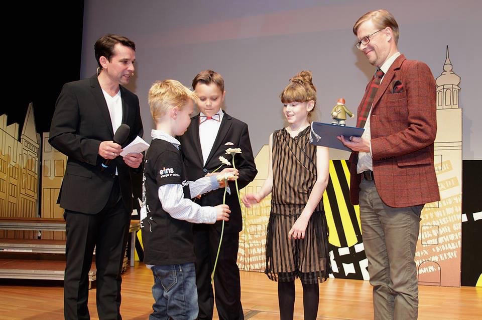 Karl Jakob, Arabella ja Mika Keränen Schlingeli filmifestivalilil publikupreemiat vastu võtmas Foto: Internationales Filmfestival SCHLINGEL