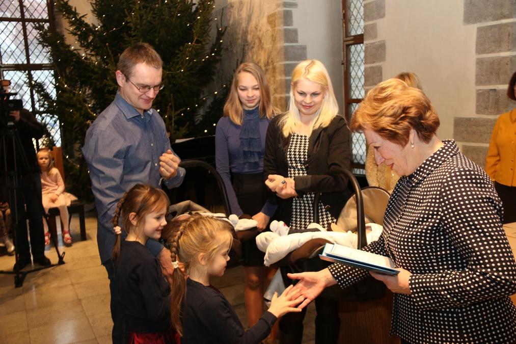 Raekojas anti sajandat korda üle laste nimetunnistused