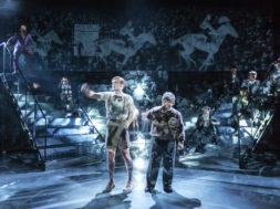 Hipodroomil on Timm (Mihkel Vendel) ja isa (Tarmo Männard). Lavakujundus Marion Undusk, video Kristjan Suits, valgus Priidu Adlas. F Siim Vahur