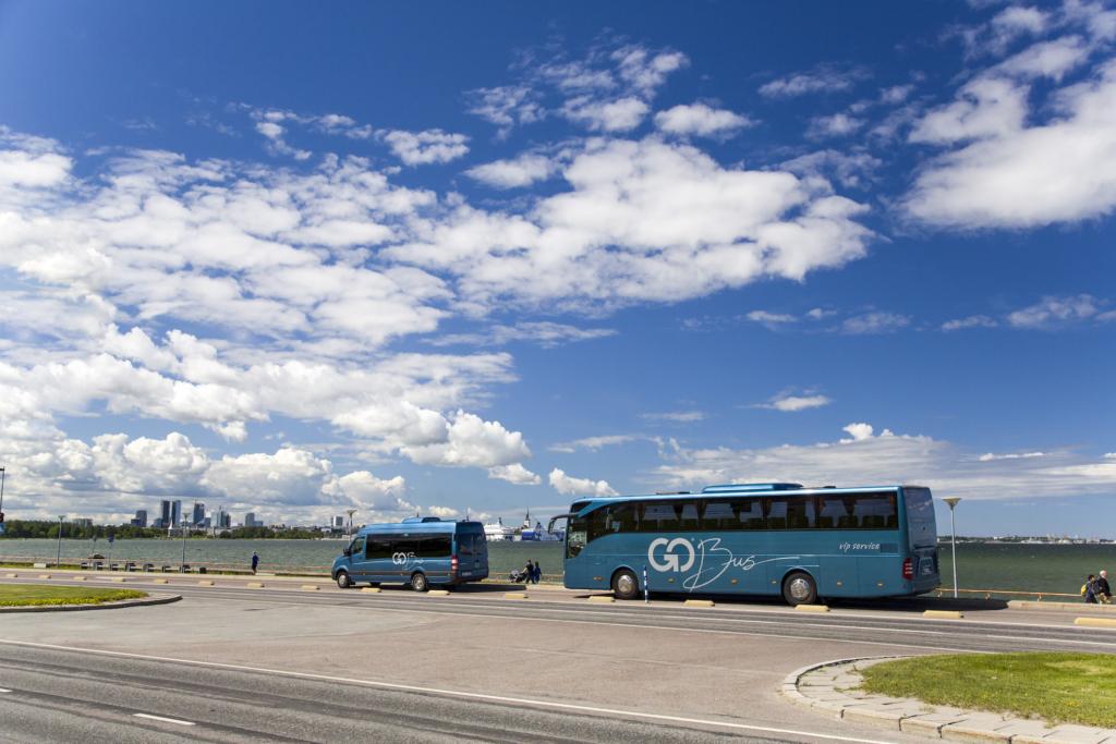 Eesistumise ajal sõidutatavad väliskülalisi spetsiaalselt välja õppinud bussijuhid