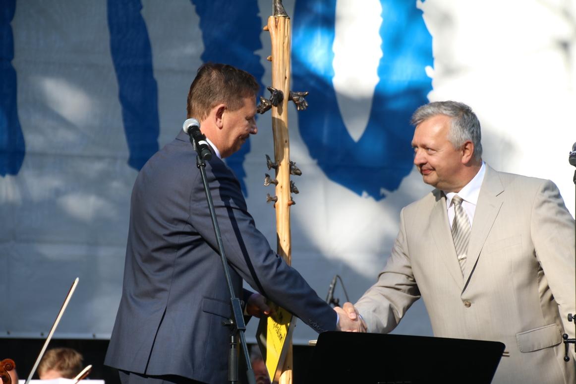 Tallinn andis täna Pärnule üle suvepealinna tiitli