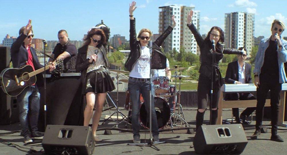 VIDEO! Lauluga valmistele vastu! Artjom Savitski laulab poliitikutega katusel