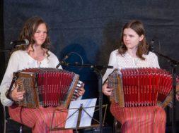 Põlva lõõtsatüdrukud Kristin Semm ja Johanna Johanson festivali avamisel (Foto Tiina Mõniste)