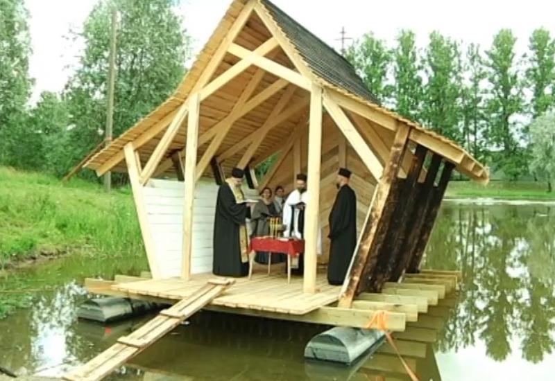 Video! EKA tudengid ehitasid õigeusu kiriku kogudusele ujuva ristimismaja