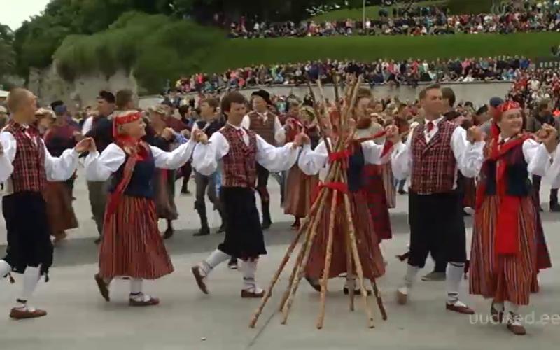 Video! Sajad noored kogunesid üleskutse peale Vabaduse väljakule tantsima