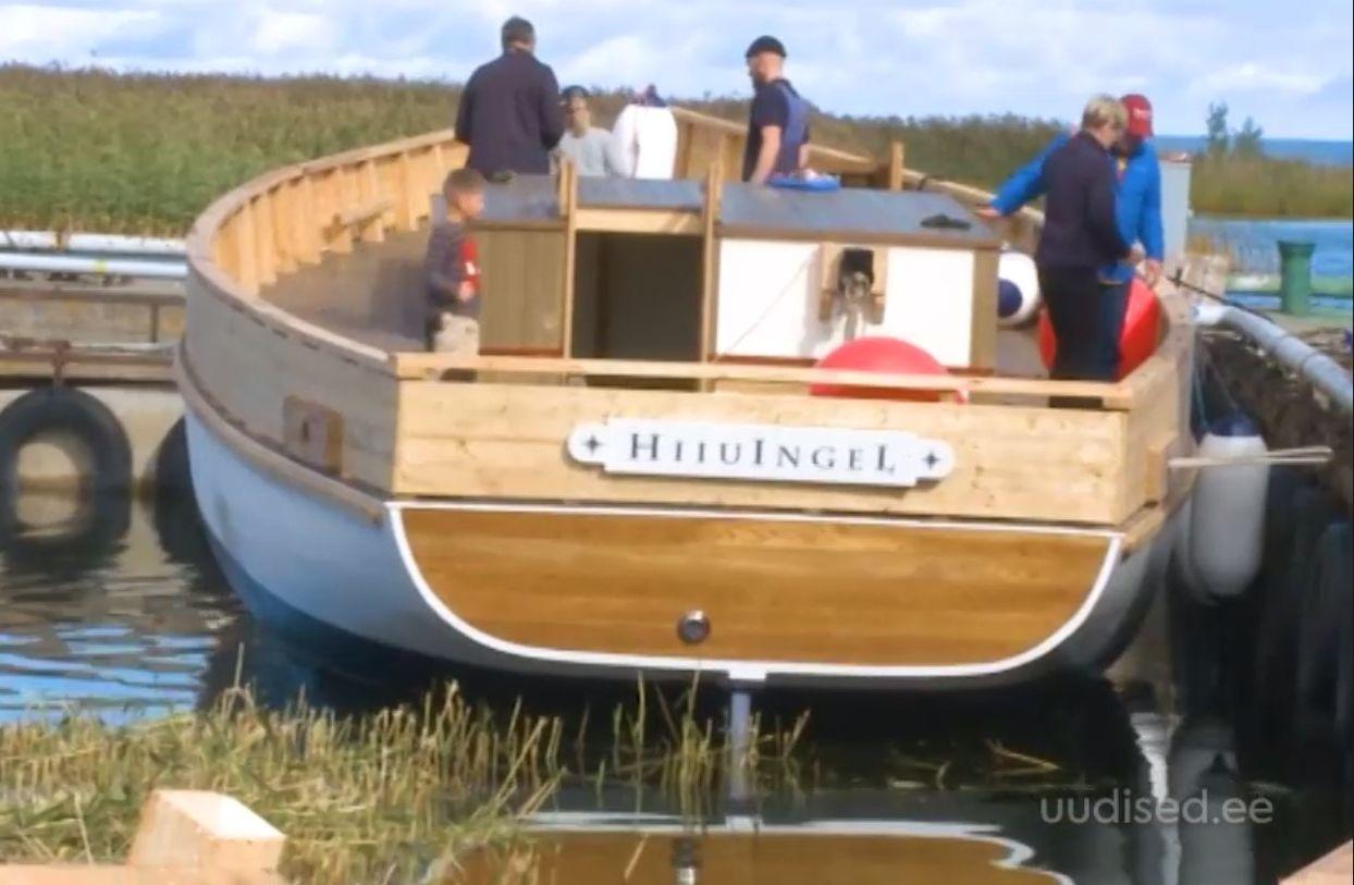 VIDEO! Hiiumaal lasti vette ajalooliste tavade järgi ehitatud halulaev