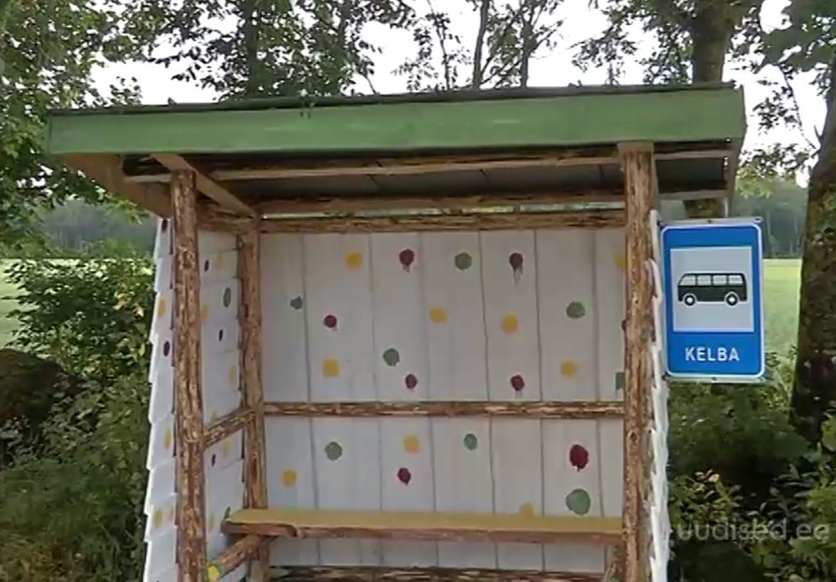 VIDEO! MEIE INIMESED! Raplamaa mees ehitas oma külale täpilise bussipeatuse