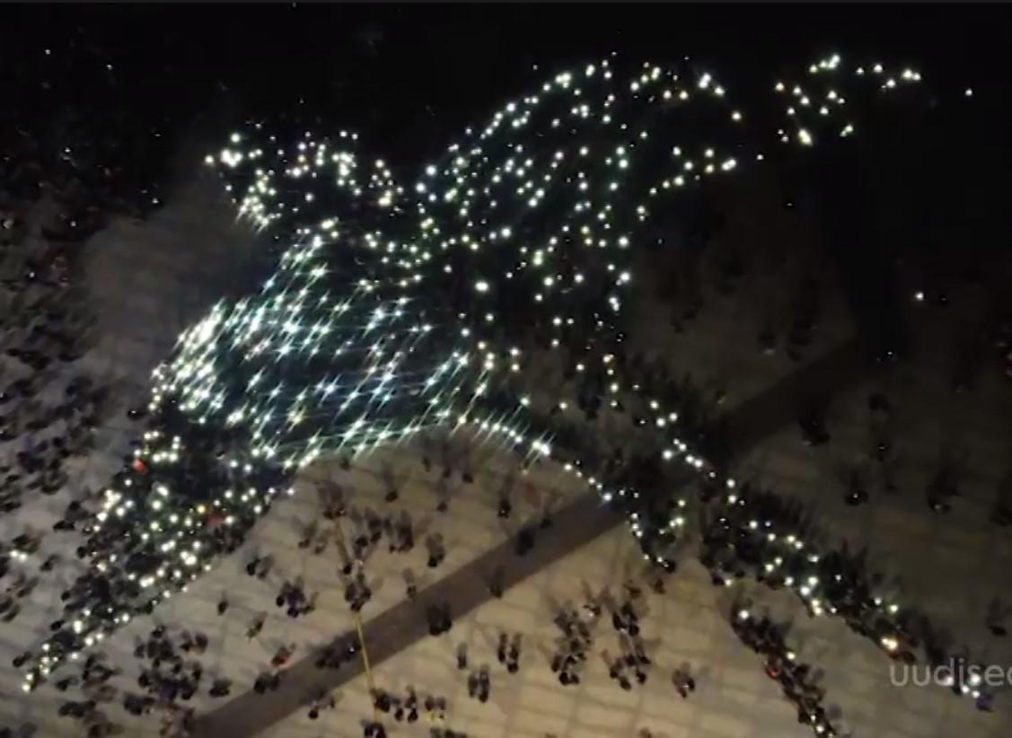 HINGELE HEA VIDEO! Öölaulupeol moodustasid tuhanded inimesed süüdatud tõrvikutega pääsukese inimkujundi