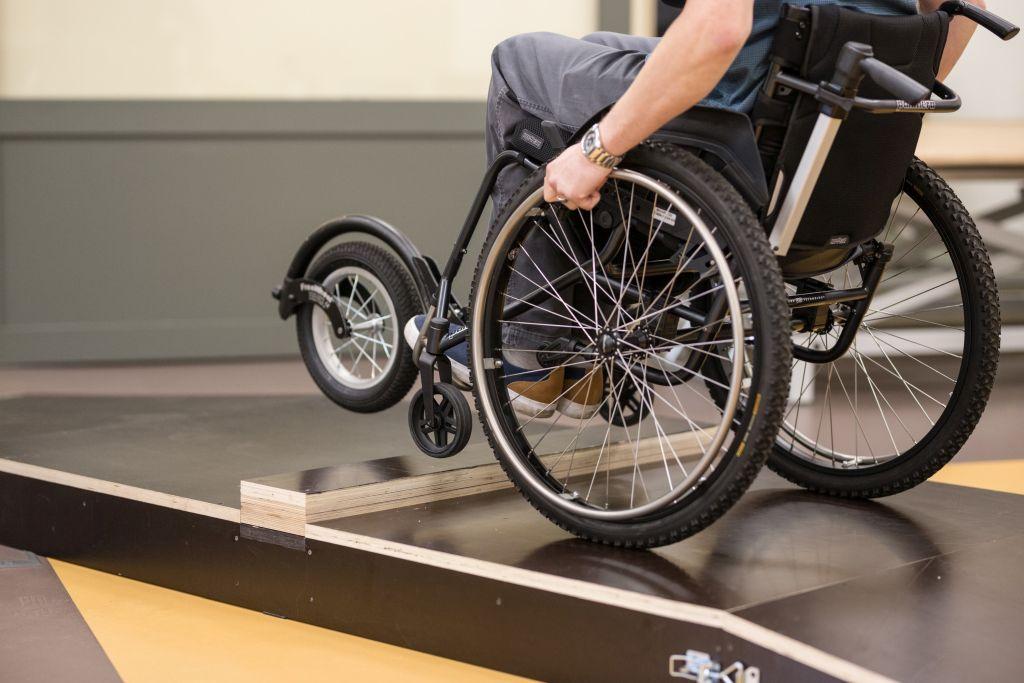 Abivahendikeskuses sai katsetada maailma kergeimat ratastooli ja silmadega trükkimist