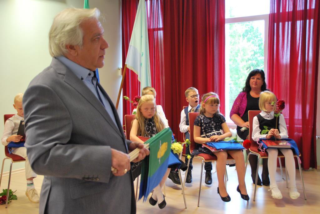 Pala vallavanem kinkis kooliperele tarkuselinnuga lipud