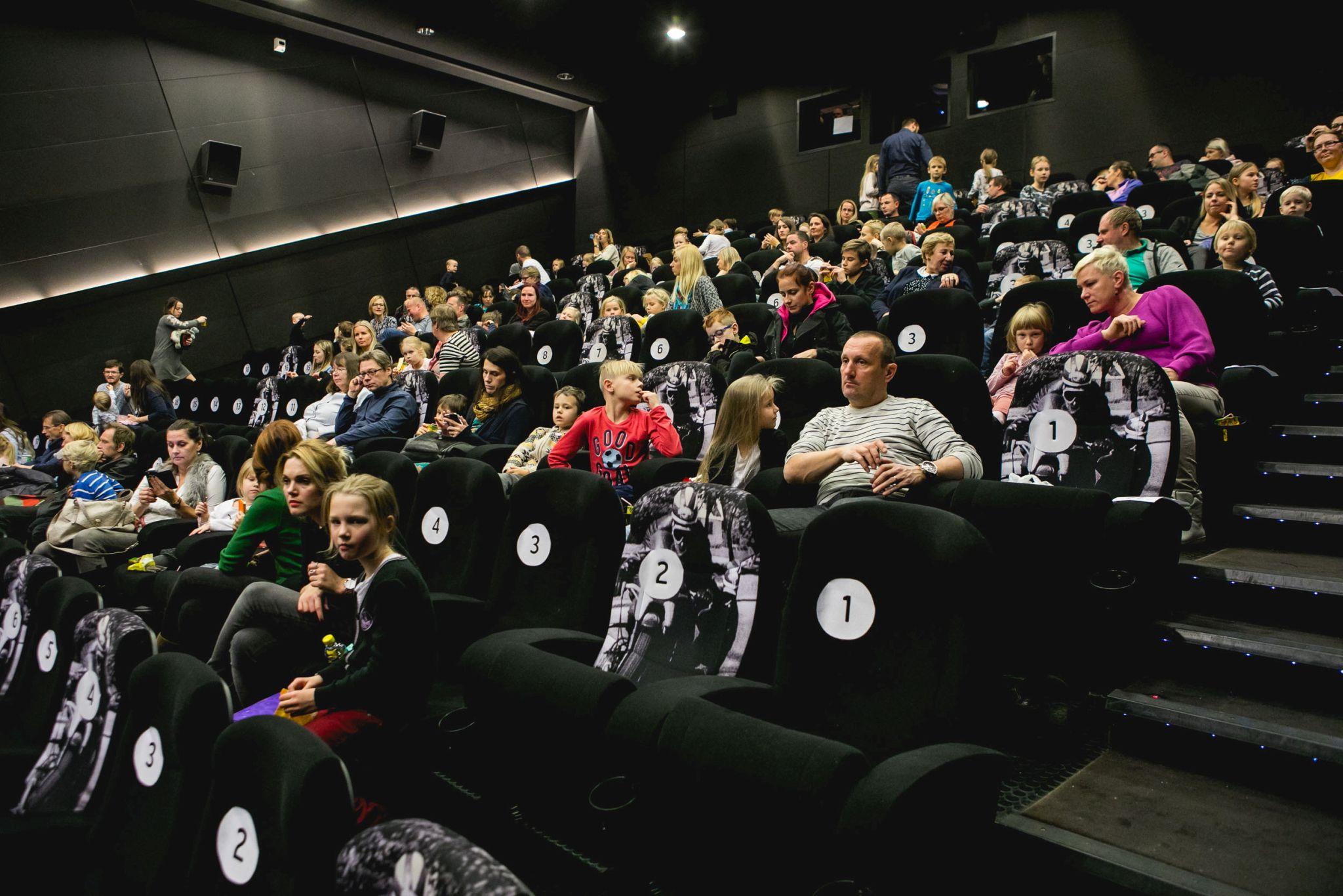 FOTOD ESILINASTUSELT! Pettson ja Finduse jõuluseikluse esietendus tõi Artise kinno suuri ja väikesi filmisõpru