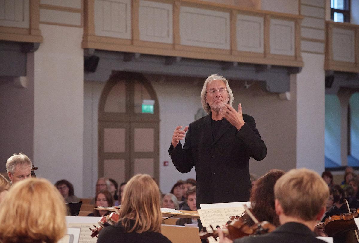 Tallinna Kammerorkester annab kontserdi koos dirigendi Tõnu Kaljustega