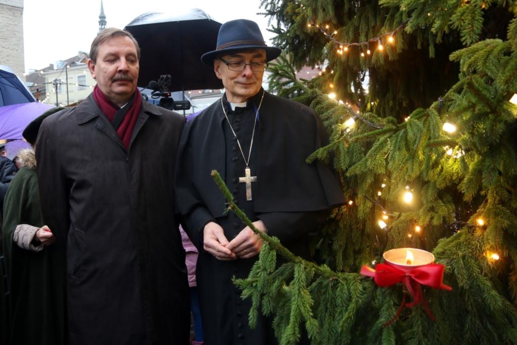 Tallinna linnapea Taavi Aas ja praost Jaan Tammsalu süütasid Raekoja platsil esimese advendiküünla