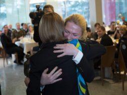Airi Tooming õnnitleb 2016 aasta naiskodukaitsjat Kristlin Kõrgesaart