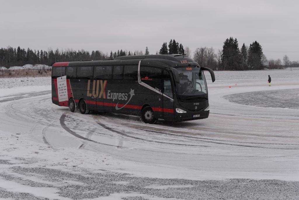GALERII! Bussijuhid harjutasid libedasõitu ekstreemsetes tingimustes