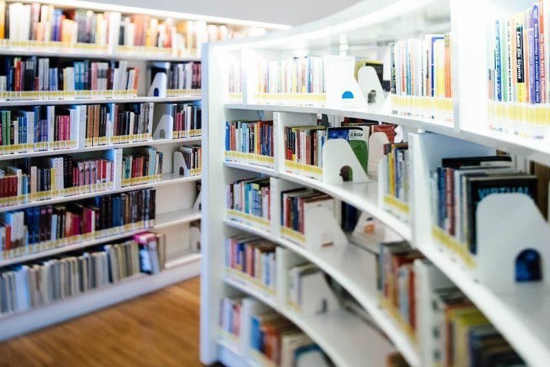 Kunst raamatukokku! Noored vallutavad kunstiga üle kahesaja raamatukogu Eestis