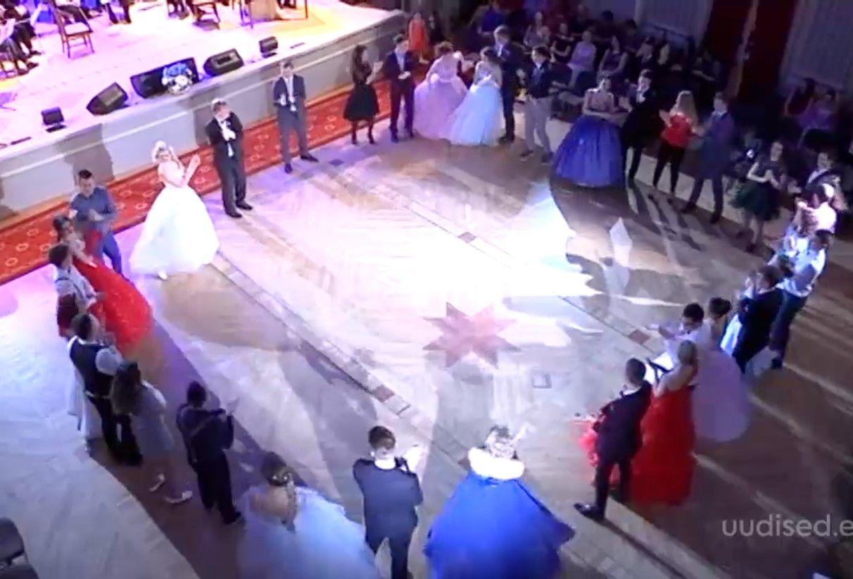 Video! Sillamäe noored esitasid pidulikul ballil klassikalisi tantse