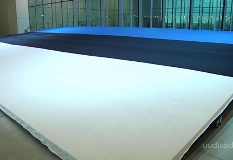 VIDEO! Soomes töötav eestlane kudus Eesti juubeliks maailma suurima sinimustvalge lipu
