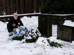 Pirita linnaosa vanem Alina Tubli asetab pärja Konstantin Pätsi hauale