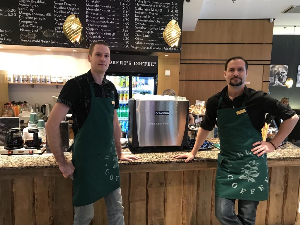 Naistepäeval teenindavad Robert's Coffee kohvikus sarmikad noorhärrad