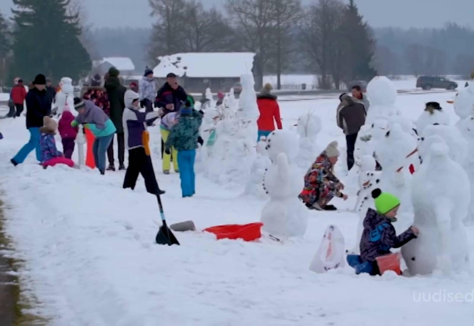 Video! Järvamaal tervitab möödujaid lumememmede armee