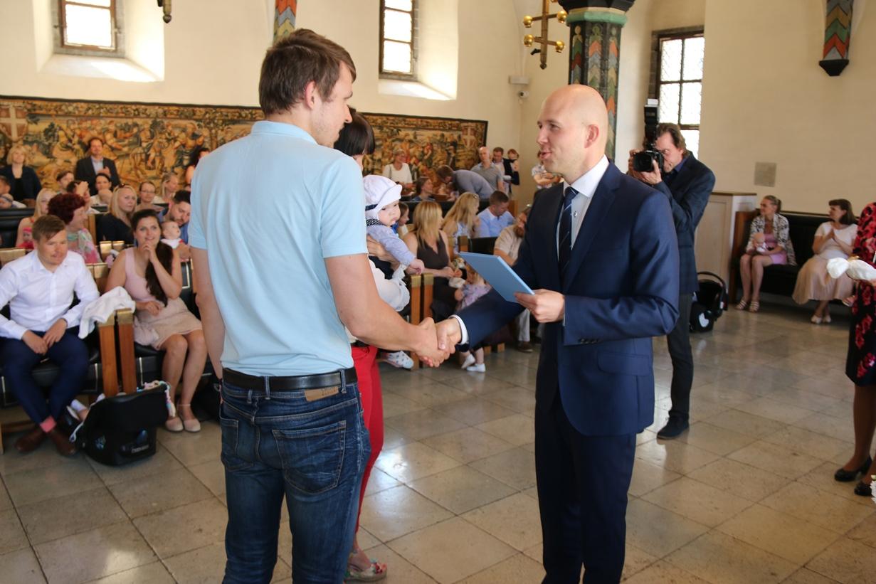Tallinna Raekojas anti üle nimetunnistused väikestele linnakodanikele