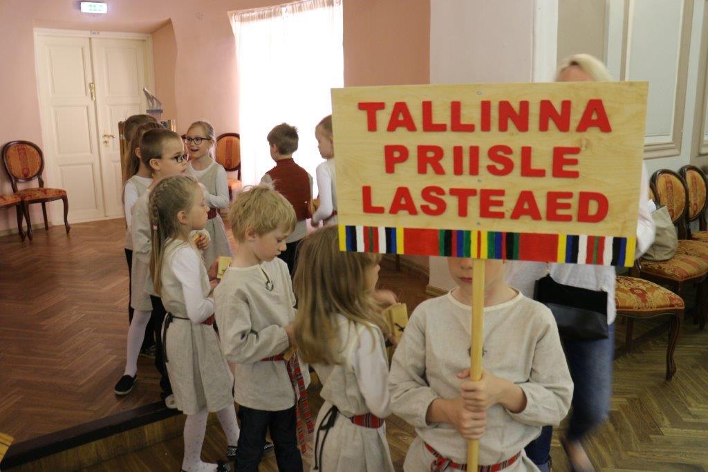 """Tallinna lasteaedadele kingiti vahvad """"Triibustiku"""" komplektid"""