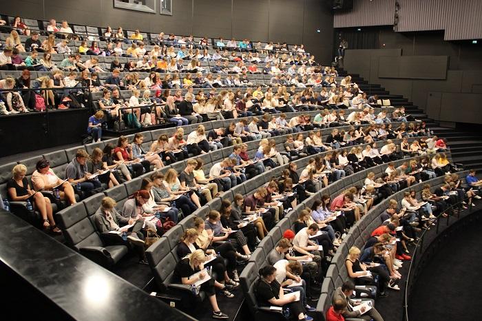 FOTOD! Tallinna päeva etteütlust tuli kirjutama kinosaalitäis inimesi