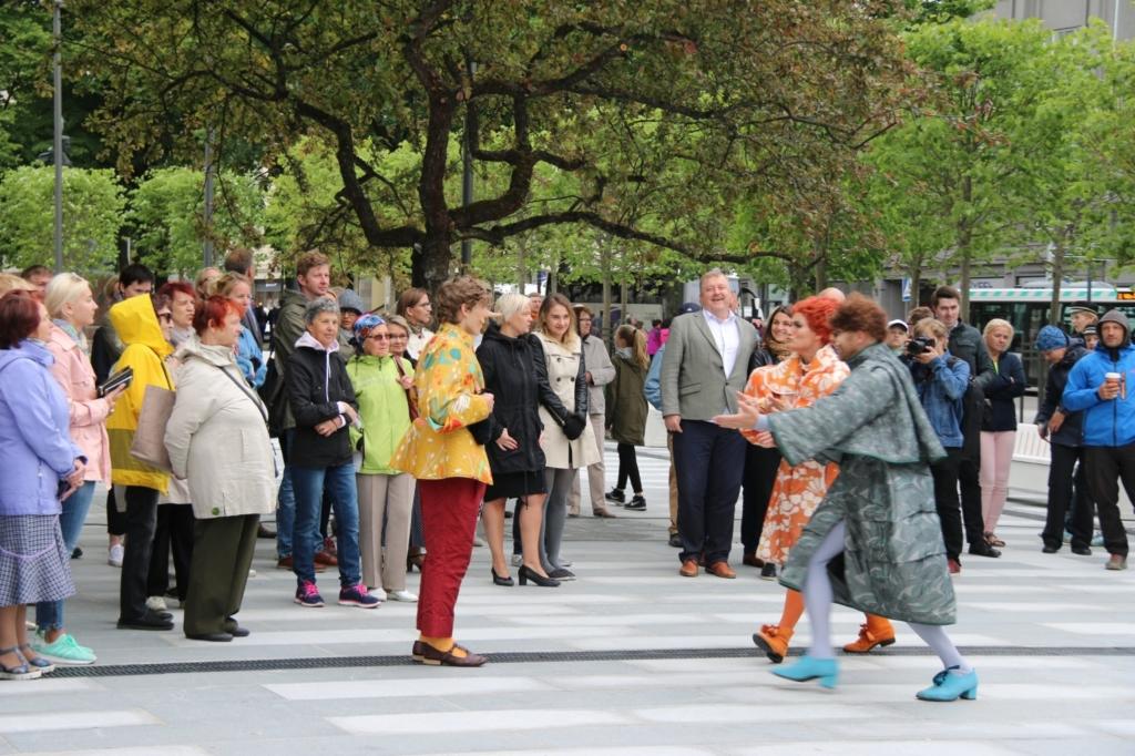 """Rahvusooper Estonia ette istutati muusikalist """"Buratino"""" inspireerituna rahapuu"""