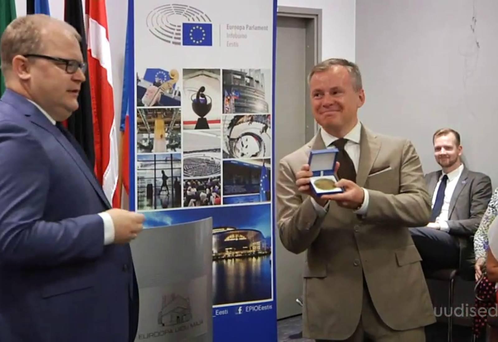 VIDEO! Õpetaja Dmitri Rõbakov sai kätte Euroopa Kodaniku auhinna