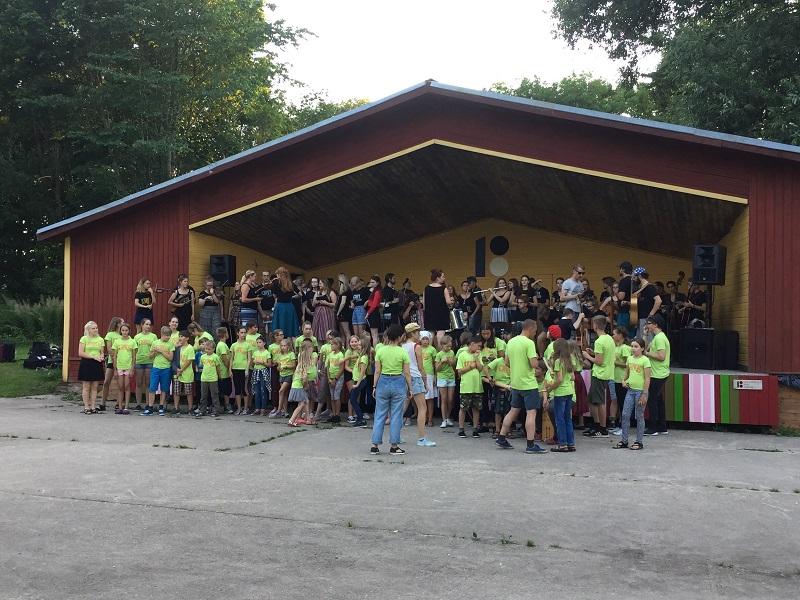 120 noort esitasid pärimusmuusikat Viljandimaal