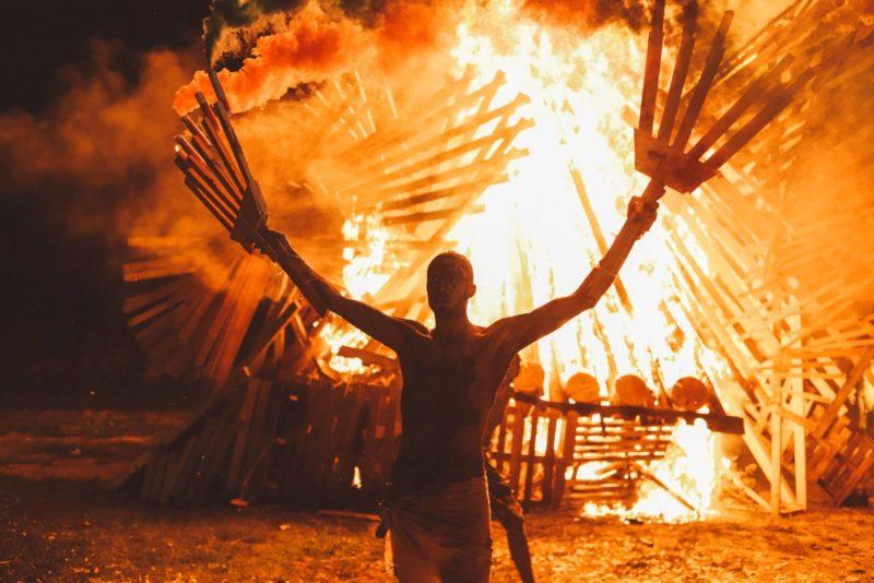 FOTOD! Non Grata põletas Saaremaal rituaali käigus hiigelfööniksi