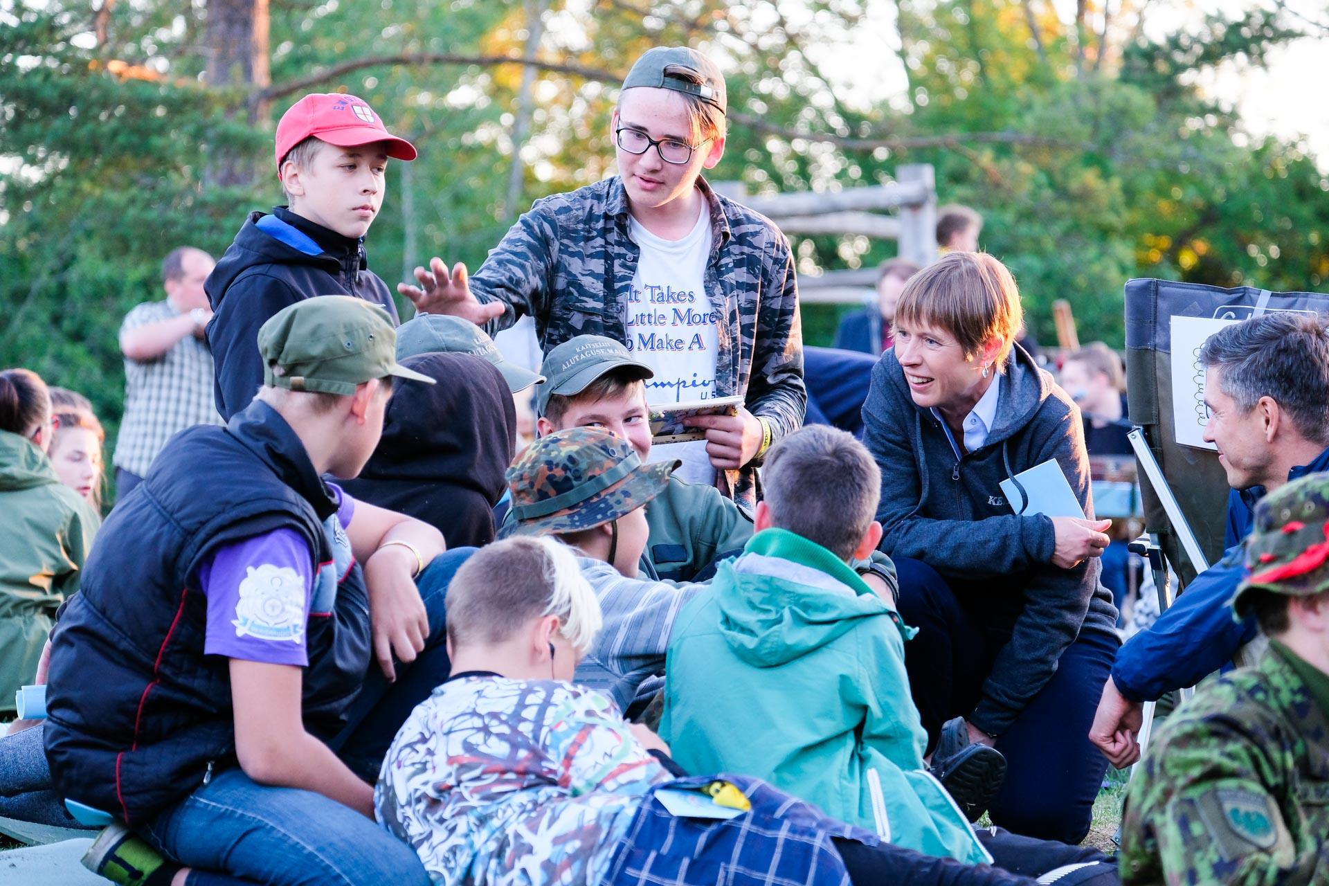 President Kersti Kaljulaid tutvus kodutütarde ja noorkotkaste suurlaagriga