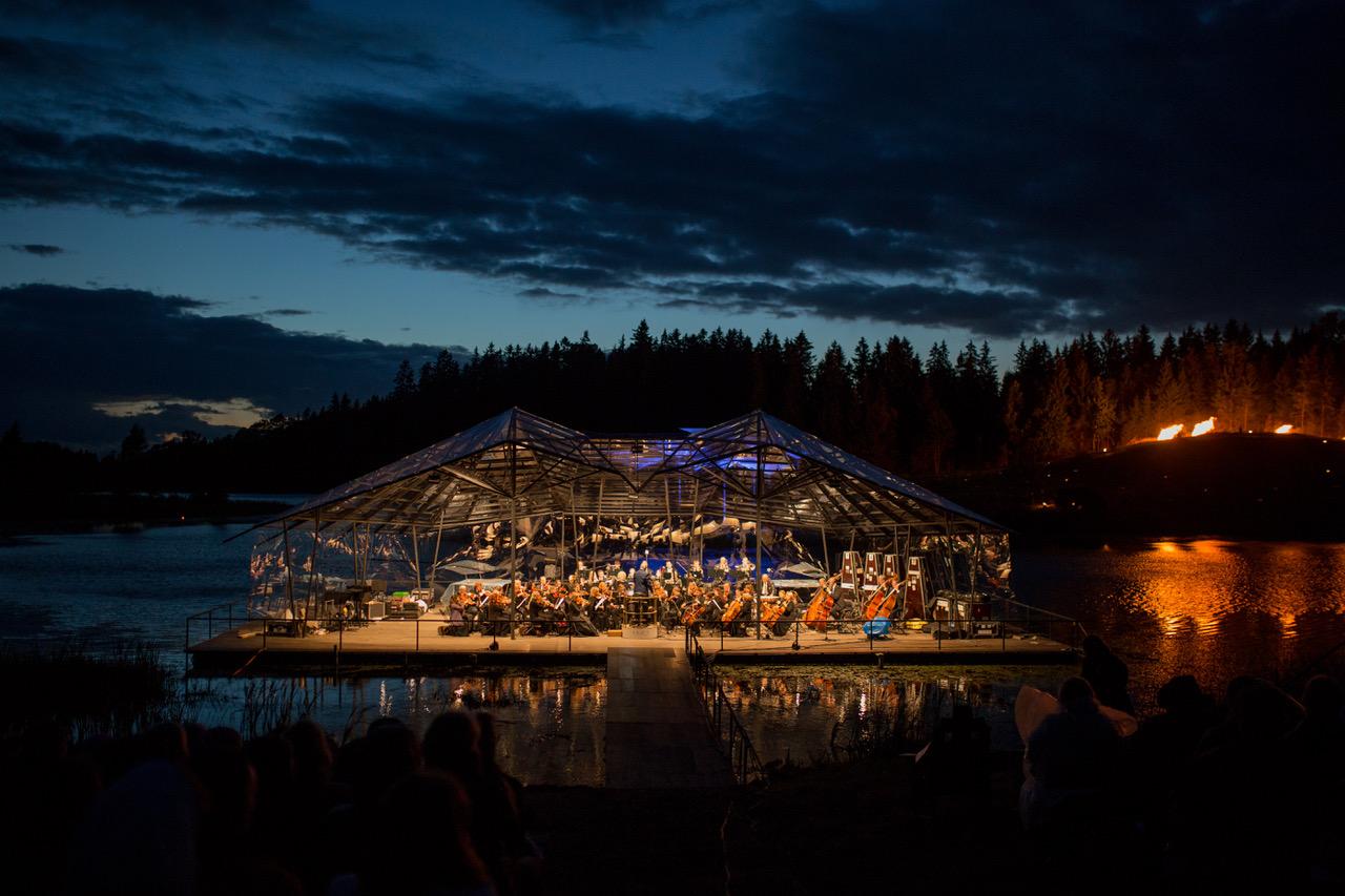 Olav Ehala ja Nele-Liis Vaiksoo täidavad Leigo Järvemuusika lava väikeste muusikasõpradega