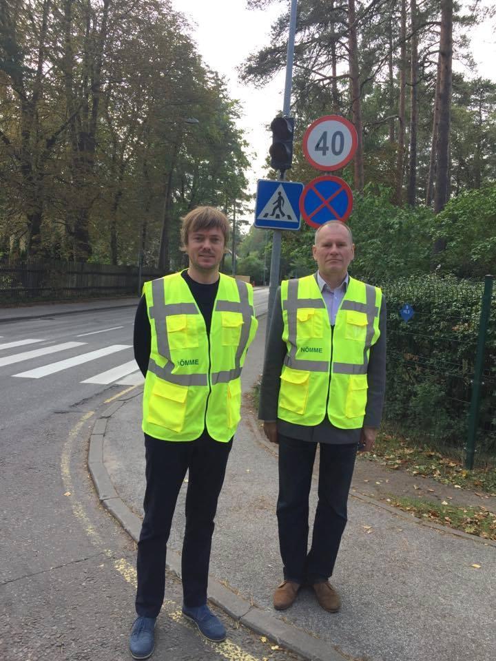 Ilus tegu! Nõmme linnaosavalitsuse töötajad aitavad kooliaasta alguses õpilastel ohutult teed ületada