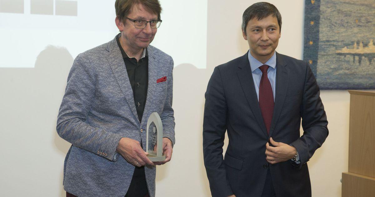 Linnavolikogu istung algas Tallinna aasta linnakodanik Ain Järve autasustamisega