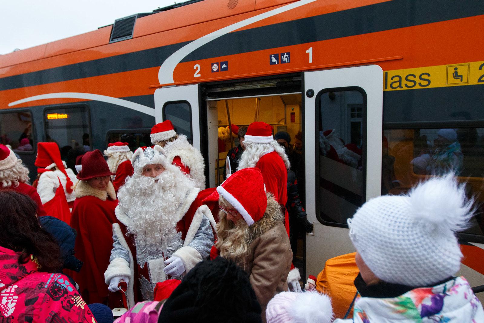 Jõuluvanad sõidavad rongiga tasuta
