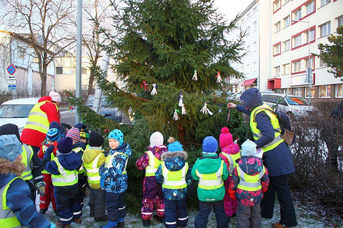 Nii tore! Lasteaialapsed ehtisid Nõmme jõulupuu
